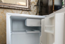 mała lodówka hotelowa